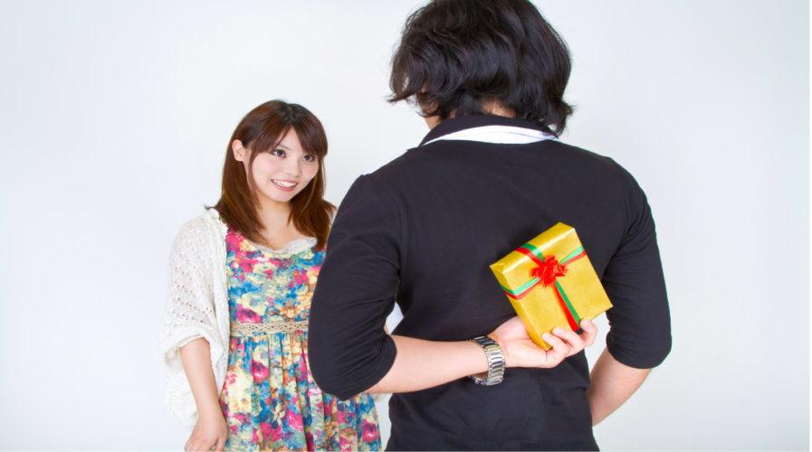 彼女にサプライズでプレゼントを渡そうとしている