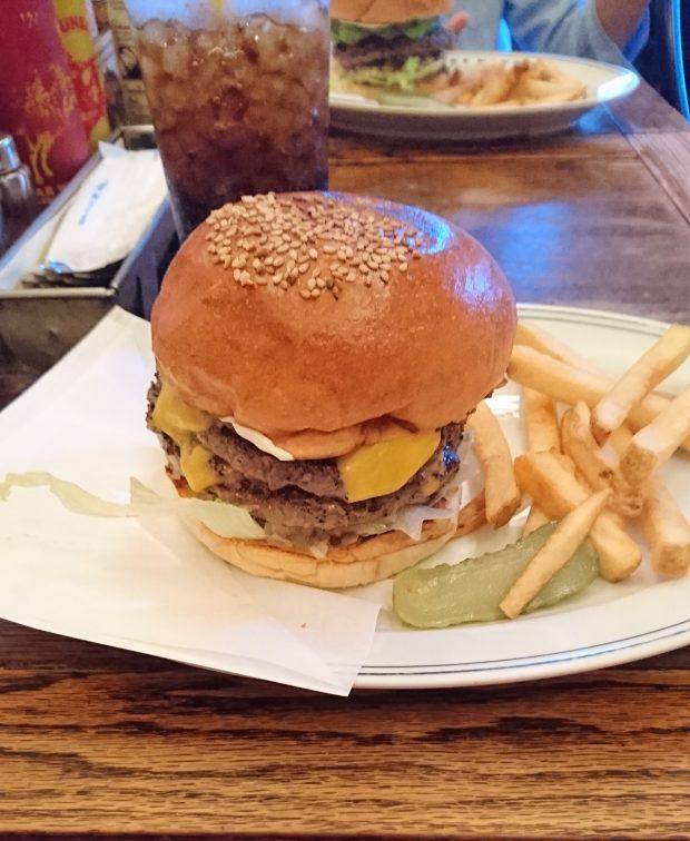 ファイヤーハウスのチーズバーガー