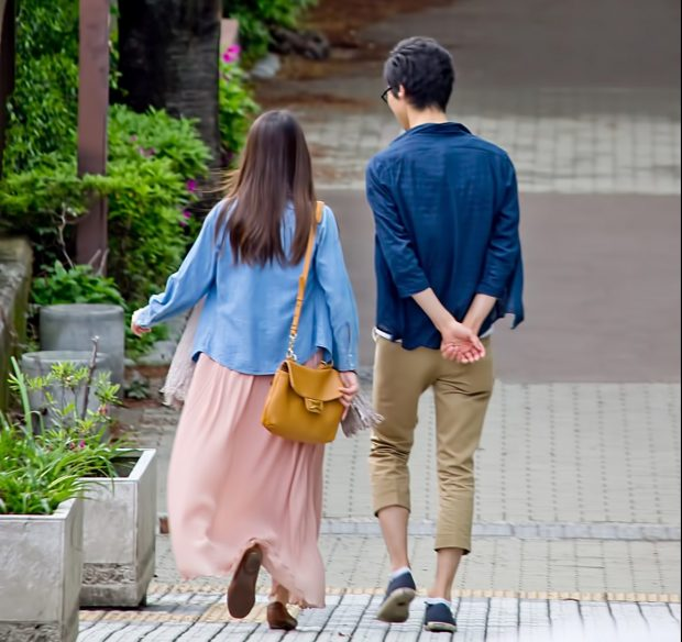 一緒に並んで歩くカップル