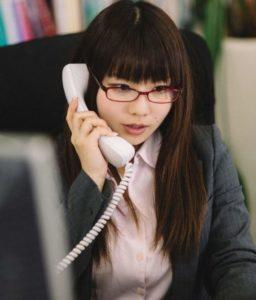 電話対応している女性