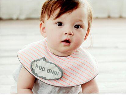 まあるい形のよだれかけをした赤ちゃん